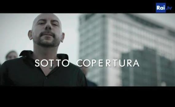 """Video – Lucariello canta """"Miettice 'a faccia"""", sigla della serie """"Sotto copertura"""" su Rai 1"""