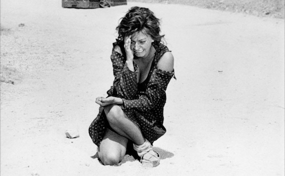 Un fotogramma della ciociara lei che piange stretta a terra