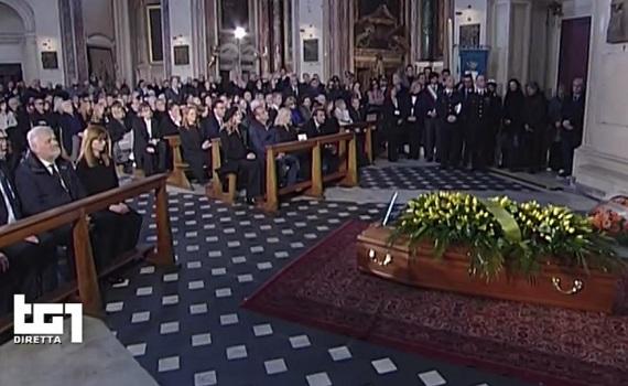 Ascolti Tv 28 marzo tutti i dati: Funerali Frizzi al 42,7%. In serata Canale5, Rai3, Italia1, Rai1 affiancate