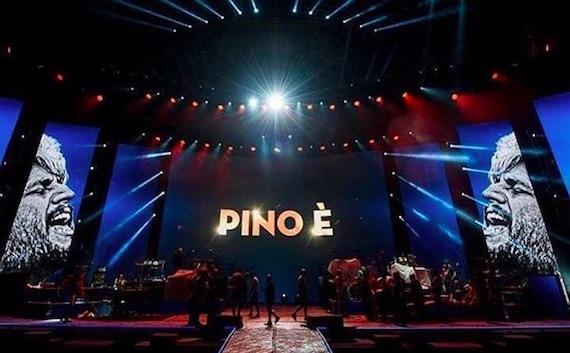 Il tributo a Pino Daniele e l'abisso che separa lo stadio dalla tv