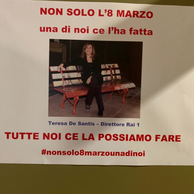 Teresa De Santis, direttore di Rai1, e il cartello per la festa delle donne attaccato alla sua porta