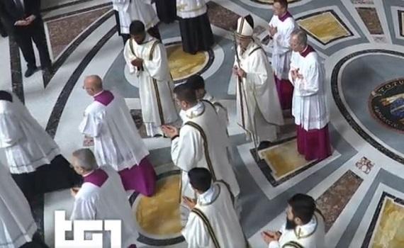 Ascolti Tv 24 dicembre tutti i dati: La Messa del Papa 2,6 milioni (14,8%), Una poltrona per due 2,4 (14,4%). Poi Il Circo e il Concerto del Vaticano