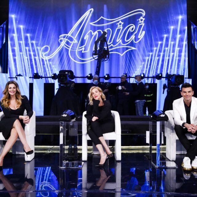 Ascolti TV venerdì 27 marzo: vince Canale 5 con Amici
