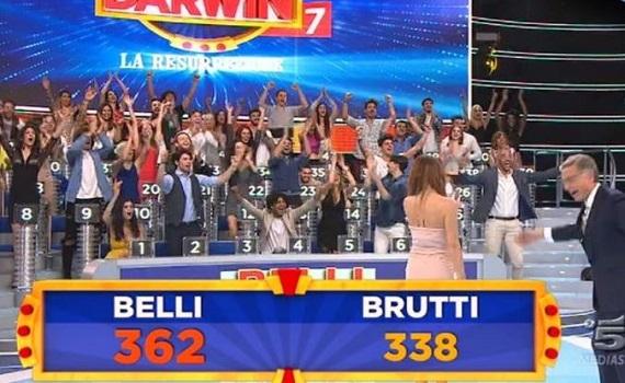 Ascolti Tv 6 giugno tutti i dati: vince Ciao Darwin con 3,2 milioni, Baudo 2,2, sul podio Italia1 con Asterix. Va bene il film de La7