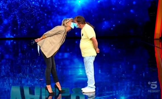 Ascolti Tv 17 ottobre: Maria conquista un quarto della platea e vince. Tu si que vales cresce molto, Ballando resiste bene. Italia1 sorpassa Rai2 e Rai3