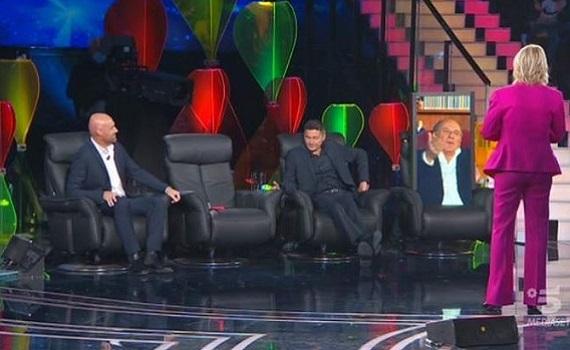 Ascolti Tv 14 novembre: De Filippi e Scotti (in remoto a metà) battono Carlucci. Gramellini e Tozzi come Biancaneve. Bene Amici in day time